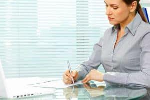 Женщина пишет заявление на отпуск
