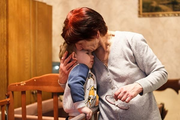 Бабушка целует внука