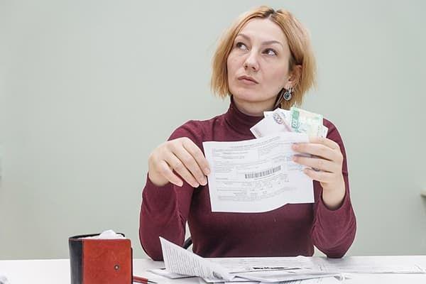 Женщина с квитанциями за ЖКУ