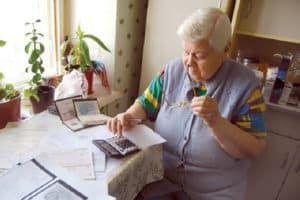 Пенсионерка с квитанциями за ЖКУ