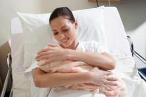 Женщина с новорожденным ребенком