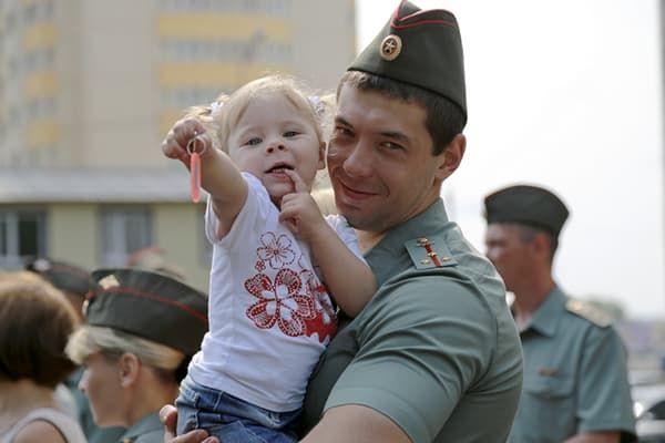 Военнослужащий с дочкой на руках