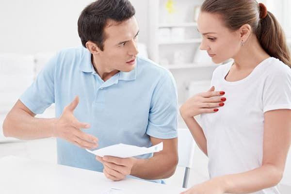 Пара обсуждает условия выплаты алиментов