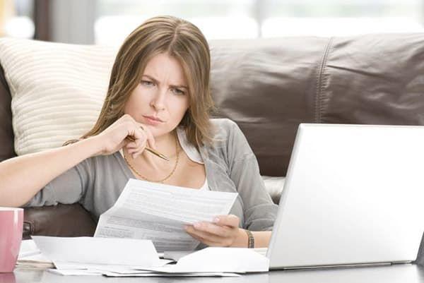 Женщина рассматривает документы
