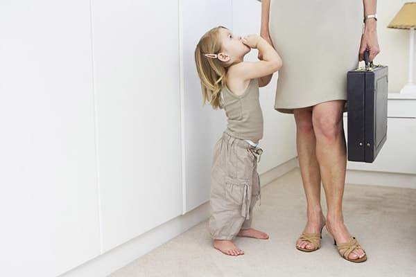 Девочка и ее работающая мама