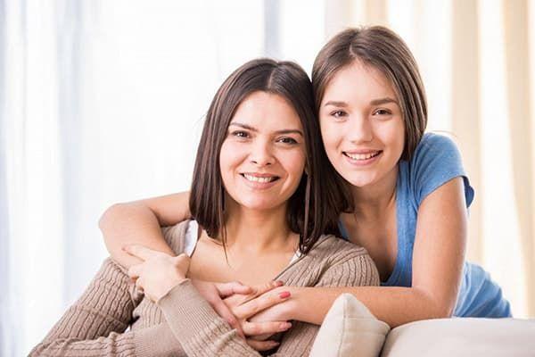 Женщина с дочерью-подростком