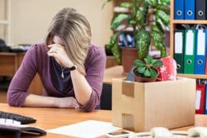 Расстроенная женщина на рабочем месте