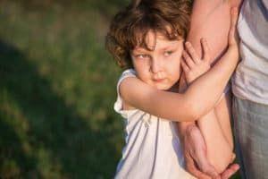 Девочка обнимает руку взрослого