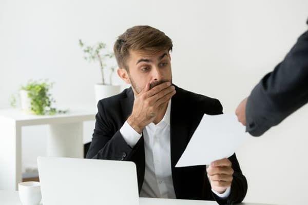 Мужчина принимает документ
