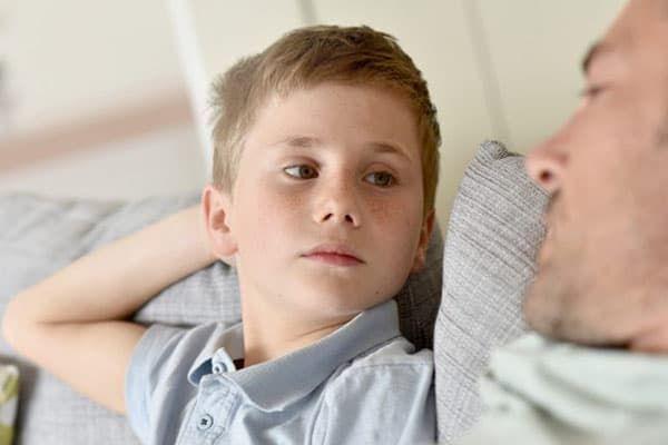 Ребенок смотрит на отца