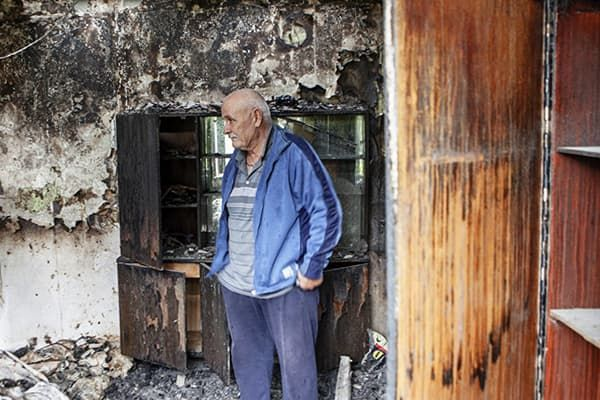 Пенсионер в квартире после пожара