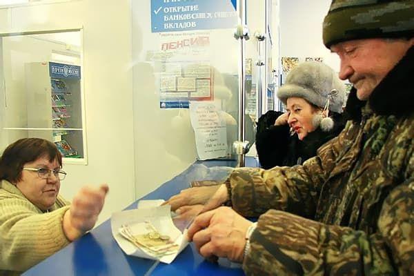 Военный пенсионер получает деньги