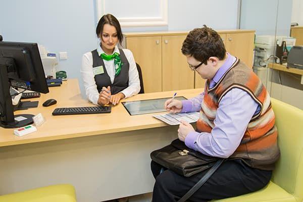 Клиент в банке заполняет документы
